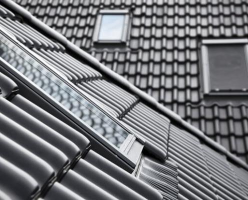Dak waarop zwarte dakpannen zichtbaar zijn